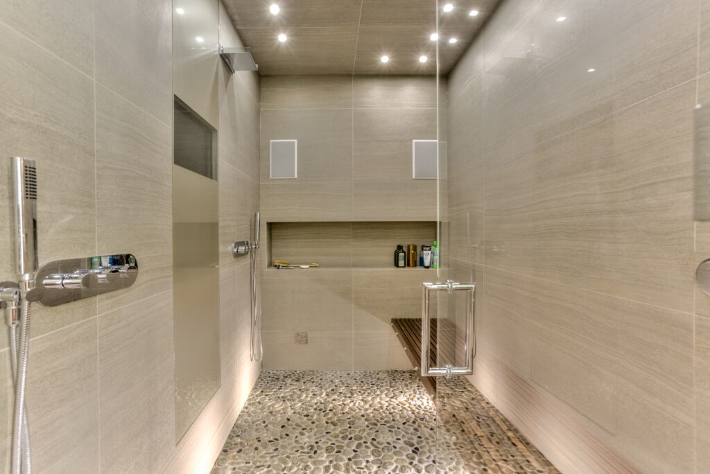 Walk-in shower with automated lights